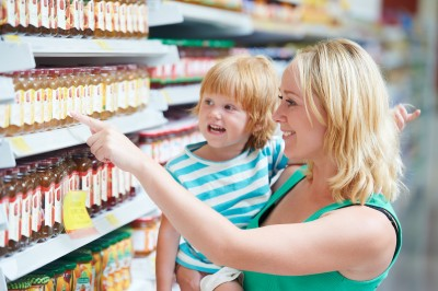 woman and child choosing produces in grocery shopping mall alimentos crianças