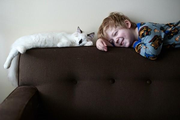 criança e gato 4