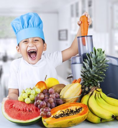 alimentos organicos_Little Chef Is Making Fruit Juice